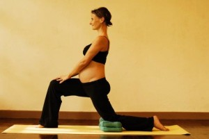 2b anjaneyasana crescent moon - first trimester